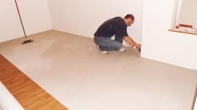 Pokládka vinylové podlahy lepením (lepené vinylové dílce)