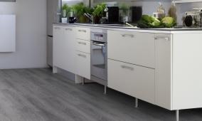 Celoplošné lepená vinylová podlaha Gerflor Virtuo Classic 55 Club Grey v kuchyni.