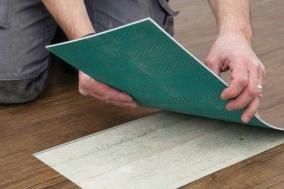 Jak na pokládku vinylové podlahy? Kdy to zvládnete svépomoci, a kdy je lepší volat odborníky?