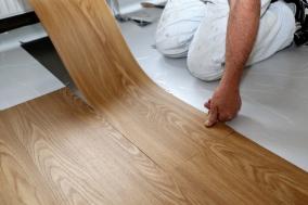 Oprava poškozené vinylové podlahy