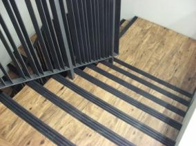 Lepení vinylové podlahy (vinylových dílců) na schody