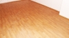 Pokládka vinylové podlahy Projectline 55600 Cement stripe šedý